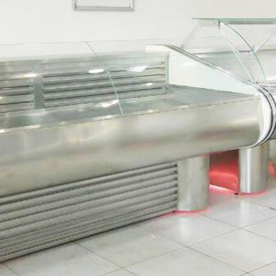 Холодильная витрина для мясных изделий.  Изготовлена из нержавеющей стали, температурный режим 0/+5°С.